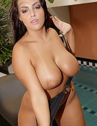 Curvy bikini girl