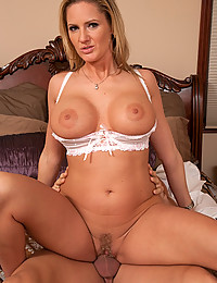 Curvy Cougar Zoe Holiday Gets Pumped