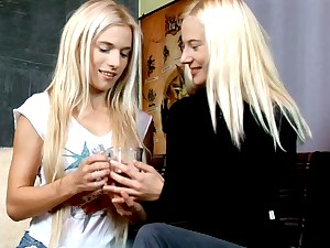 Two blonde bombshells finger-fucking each other\'s pussies